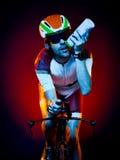 Изолированный триатлон велосипеда велосипедиста человека задействуя Стоковое Изображение
