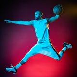 Изолированный человек баскетболиста стоковые фото