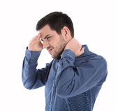 Изолированный человек в голубой рубашке с болями в шее стоковая фотография