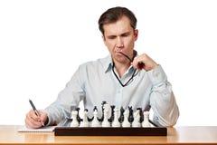 Изолированный человек при стекла играя шахмат Стоковое фото RF
