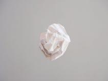 Изолированный шарик белой бумаги Стоковая Фотография