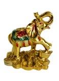 Изолированный figurine слона стоя на золотых монетках дальше Стоковое фото RF