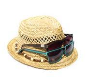 Изолированных соломенная шляпа и 2 солнечного очк на каникулах Стоковые Фотографии RF