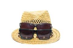 Изолированных соломенная шляпа и 2 солнечного очк на каникулах Стоковое Фото