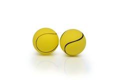 2 изолированных теннисного мяча Стоковые Фотографии RF
