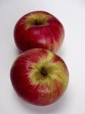 2 изолированных яблока akane Стоковые Фотографии RF