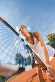 изолировано играющ детенышей белой женщины тенниса Стоковое фото RF