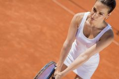 изолировано играющ детенышей белой женщины тенниса Стоковое Изображение RF