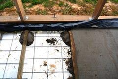 Изолируя пол дома с полистиролем стоковое изображение rf