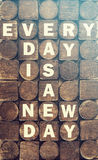 Изо дня в день новое сообщение дня Стоковое фото RF