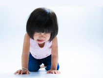 Изолят азиатской девушки плача стоковое фото