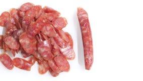 Изолят взгляд сверху скольжения сосиски свинины на белизне Стоковые Изображения RF