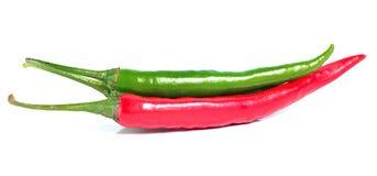 Изолят зеленого и красного перца на белой предпосылке Стоковые Фото