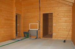 Изоляция пола в новом деревянном доме Стоковое Изображение