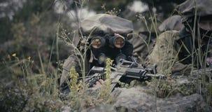 Израильские солдаты в наблюдении и разведочной миссии используя бинокли видеоматериал