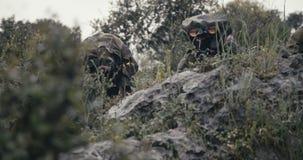 Израильские солдаты в наблюдении и разведочной миссии используя бинокли сток-видео