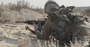 Израильский солдат принимая крышку от враждебного огня во время боя акции видеоматериалы