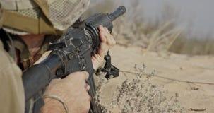 Израильский солдат указывая его винтовка пока принимающ крышку видеоматериал