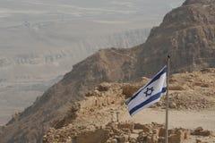 Израильский флаг на горе пустыни (Masada) стоковая фотография rf