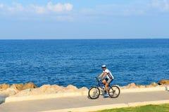 Израильский человек едет велосипед вдоль пляжа Тель-Авив стоковые изображения rf
