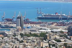 02 05 2016 Израиль, общий вид центра города Хайфы, порт с кораблями и зданиями Стоковое Изображение