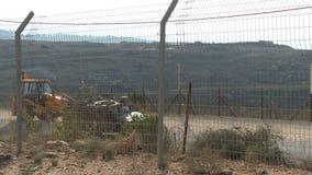 Израиль, около 2011 - граница Израиля Ливана с столбами и флагами Хезболлы сток-видео