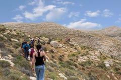 ИЗРАИЛЬ, ПУСТЫНЯ НЕГЕВ - 7-ОЕ АПРЕЛЯ 2016: люди идут через скалистую пустыню ИЗРАИЛЬ, ПУСТЫНЯ НЕГЕВ Стоковая Фотография RF