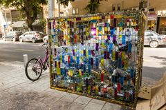 Израиль, Тель-Авив - 9-ое сентября 2011: Мусорное ведро для пластиковый повторно использовать бутылок на улице Dizengoff стоковые фотографии rf