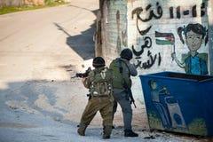 Израильские войска вторгаются палестинское село стоковое изображение