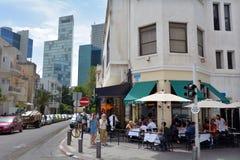 Израильские люди dinning в ресторане кафа в Тель-Авив, Израиле Стоковые Изображения