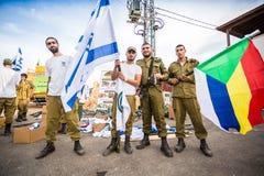 Израильский солдат с соотечественником и флагами друзы Стоковые Фото