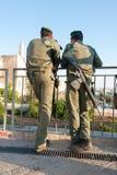 2 израильских солдата перед цитаделью короля Дэвида, Израилем Стоковое Изображение