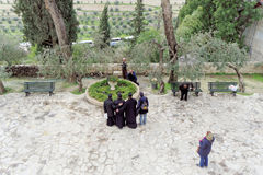 Израиль Иерусалим - 15-ое февраля 2017 Церковь St Mary Magdalene Паломники делают фото на предпосылке виска Взгляд f Стоковая Фотография