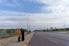 Израиль - 16-ое февраля 2017 Паломники на дороге от al-Yahud Qasr к Иерусалиму Стоковые Изображения RF