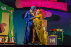 Израиль, пиво-Sheva - театр детей актеров на этапе в голубом и желтом плаще 2015 стоковое изображение rf
