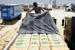 Израиль позволяет товарам включая цемент в Газа стоковое фото