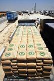 Израиль позволяет товарам включая цемент в Газа стоковые фотографии rf