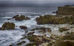 Изрезанное побережье и морская дамба Стоковые Фото
