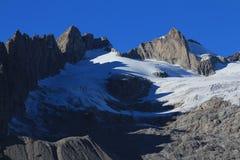 Изрезанные горы и самый сухой ледник Стоковая Фотография RF