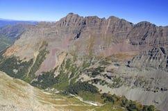 Изрезанный высокогорный ландшафт Maroon колоколов и лось выстраивают в ряд, Колорадо, скалистые горы Стоковые Изображения