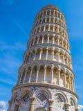 Изумительная башня склонности Пизы против голубого неба стоковые изображения rf