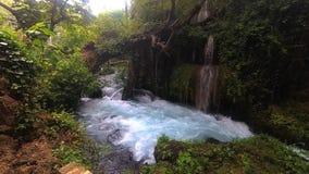 Изумительная верхушка водопада duden близко вверх, замедленное движение Турция, Анталья сток-видео