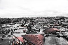 Изумительное небо в эквадоре и крышах стоковая фотография rf