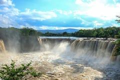 Изумительное landscrape водопадов реветь на заходе солнца Стоковая Фотография RF