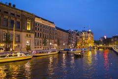 Изумительные каналы в Амстердаме - красивом на ноче - АМСТЕРДАМ - НИДЕРЛАНДЫ - 20-ое июля 2017 стоковое изображение