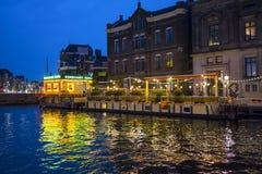 Изумительные каналы в Амстердаме - красивом на ноче - АМСТЕРДАМ - НИДЕРЛАНДЫ - 20-ое июля 2017 стоковые изображения rf