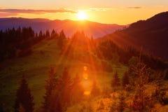 Изумительные цвета захода солнца в горах, ландшафта лета природы стоковые фотографии rf