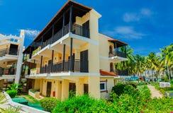 Изумительный взгляд земель с ретро стильной архитектурой, зданий курорта в тропическом саде около пляжа Стоковое Изображение RF