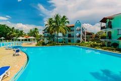 Изумительный взгляд колониальных земель гостиницы, красивого приглашая бассейна и ретро стильных зданий Стоковое Изображение