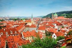 Изумительный взгляд крыш зданий и церков St. Thomas в Праге от вершины колокольни St Nicholas Стоковые Фотографии RF
